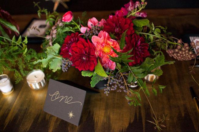 centro de mesa flores rojas