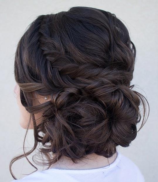 peinado recogido con cabellos sueltos a un lado