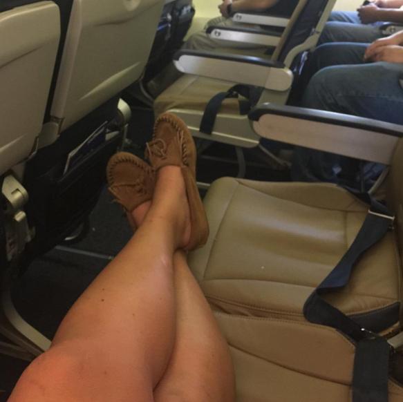 persona ocupando dos asientos