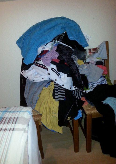 silla con ropa encima