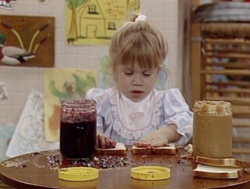 niña cocinando con las manos