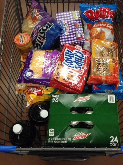 carrito de super con papas fritas y chatarra