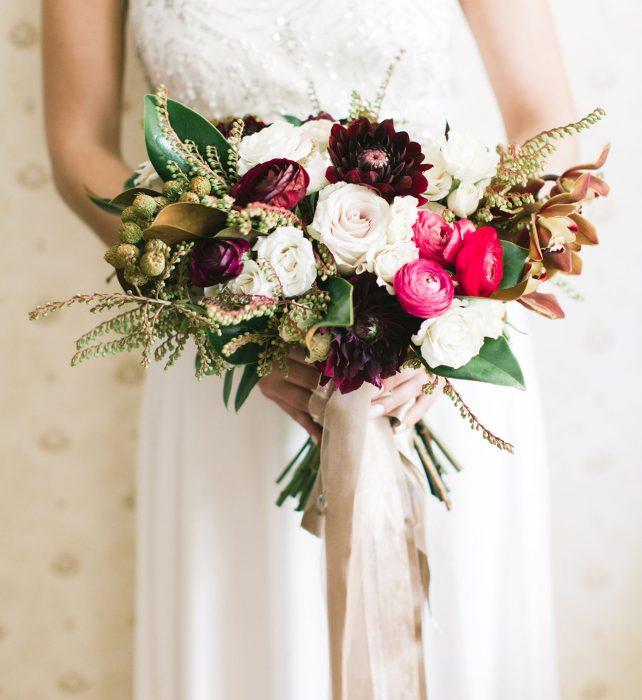 ramo de novia flores blancas y moradas