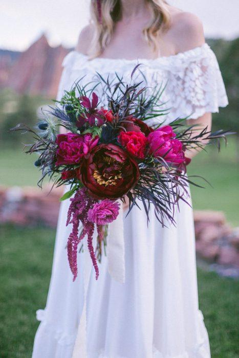 ramo de novia tonos intensos y plumas de pavorreal