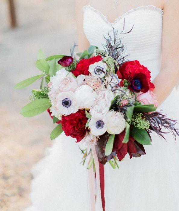 ramo de novia flores rojas y blancas