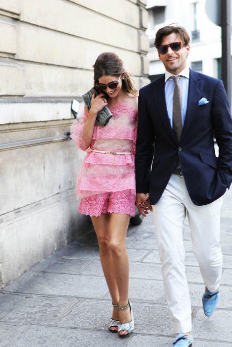 pareja caminando en calle