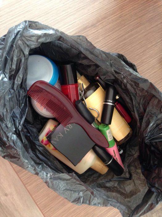 bolsa de plástico con maquillaje dentro