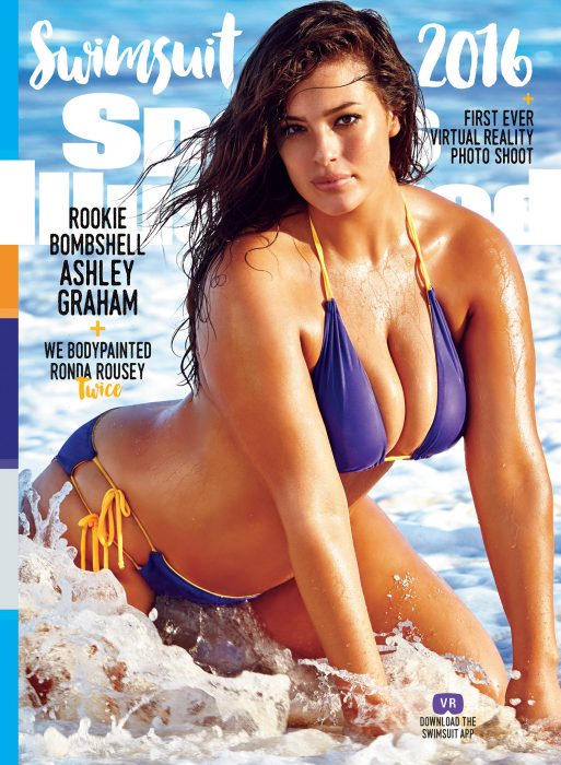 Ashley Graham posando con un bikini púrpura en la portada de la revista Sports Illustrated Swimsuit Issue