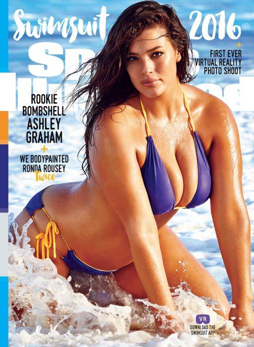 Ashley Graham posando con un bikini púrpura en la portada de la revista Sports Illustrated Swimsuit Issue