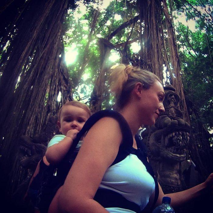 Karen Edwars mujer que viaja junto a su bebé, explorando la selva