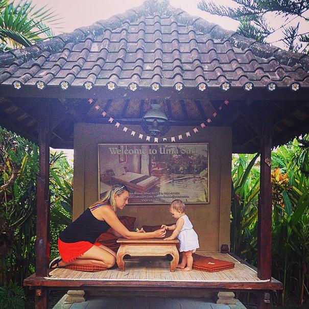Bebé que ha viajado por el mundo tomando el té junto a su madre en hong Kong