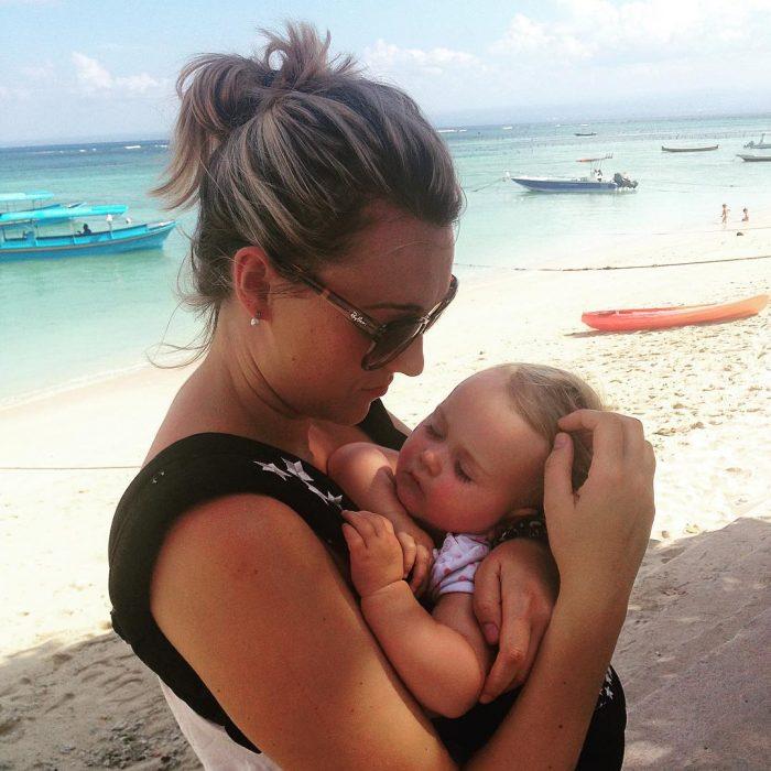 Karen edwards abrazando a su bebé mientras están en el mar