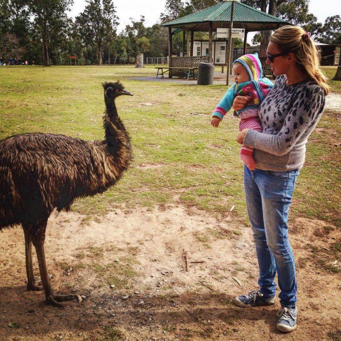 Karen Edwars mujer que viaja junto a su bebé viendo a una ave en el zoológico