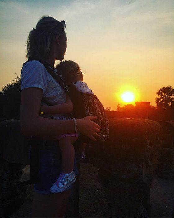 Karen Edwars mujer que viaja junto a su bebé viendo una puesta de sol