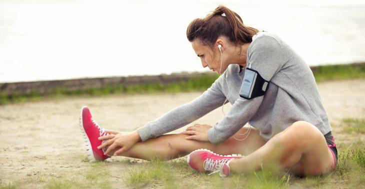 mujer estirando para correr