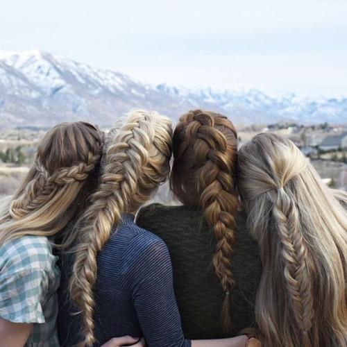chicas sentadas viendo hacia el horizonte