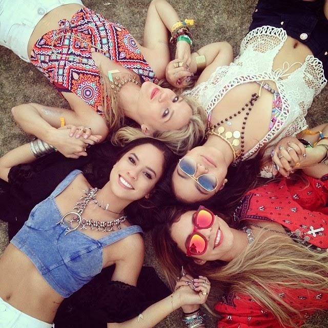 Amigas recostadas en el pasto durante el festival de coachella