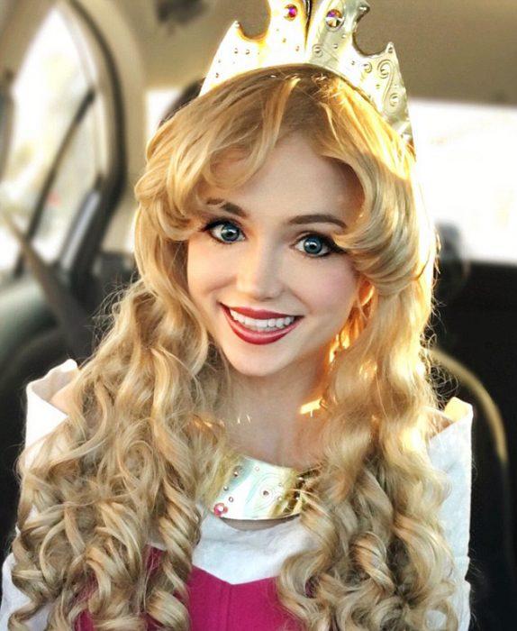 Chica vestida como Aurora de la bella durmiente