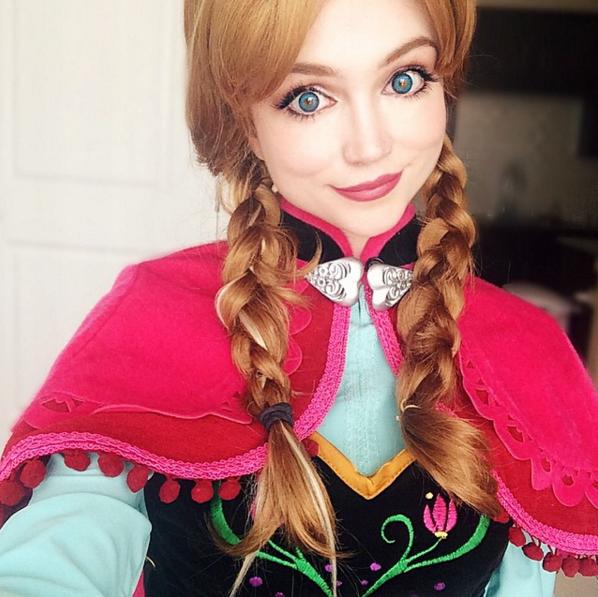 Chica caracterizada como Anna de la película Frozen