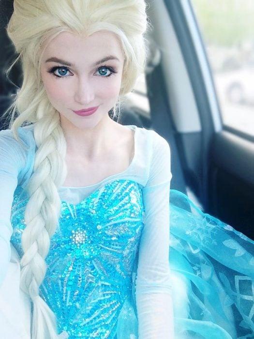 Sarah ingle caracterizada como elza de la película Frozen