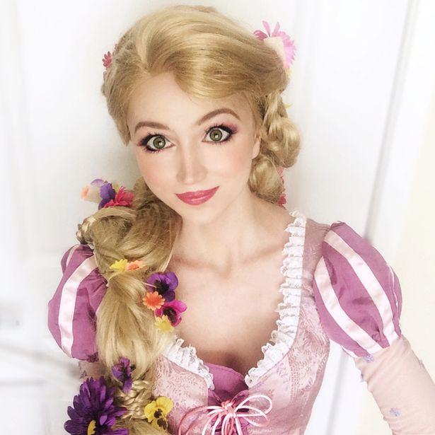 Sarah ingle caracterizada como rapunzel de la película enredados