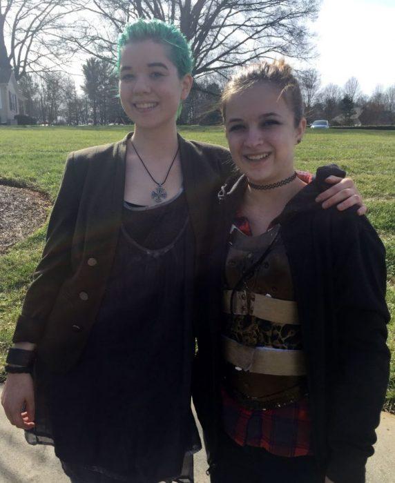 Maddie y su amiga sarah luciendo el corsé con estilo steampunk que crearon para Maddie