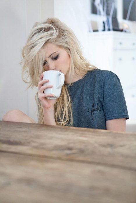 Chica tomando café por la mañana