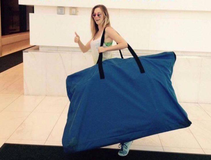Chica cargando un bolso enorme
