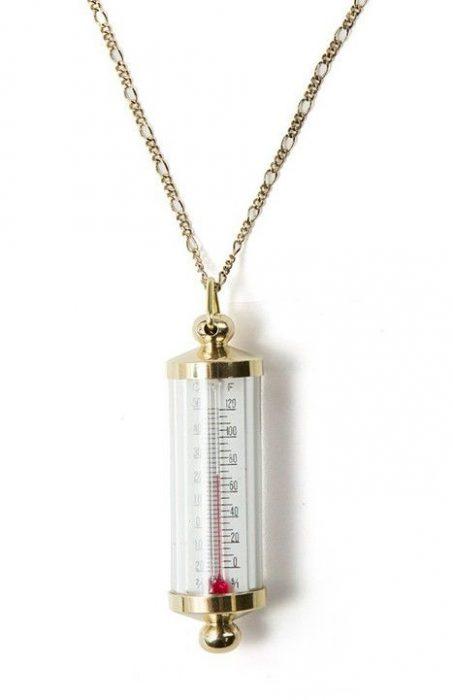Colllar con un dije en forma de termómetro