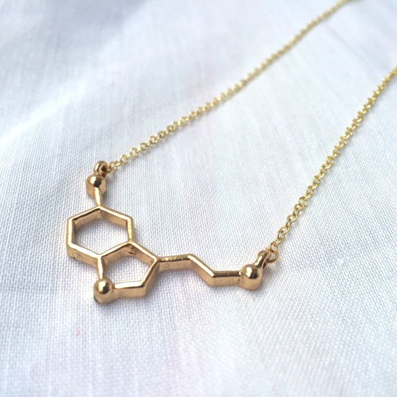 Collar con un dije en forma de cadenas químicas
