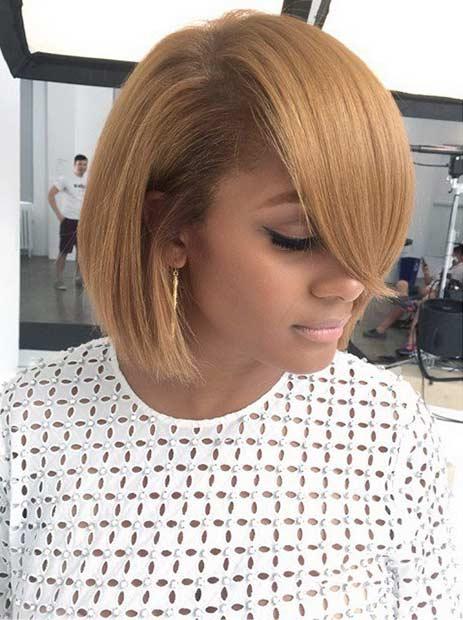 Chica con un corte tipo bob y un color de cabello en tono caramelo