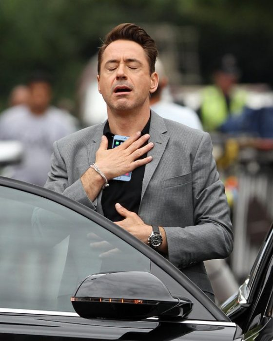 Robert Downey Jr sosteniendo su celular