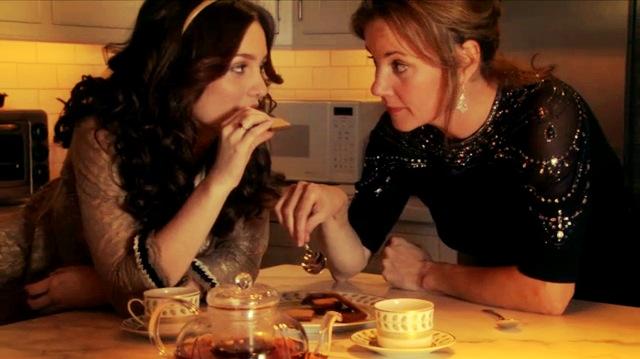 Escena de la serie gossip girls. Blair junto a su madre comiendo galletas