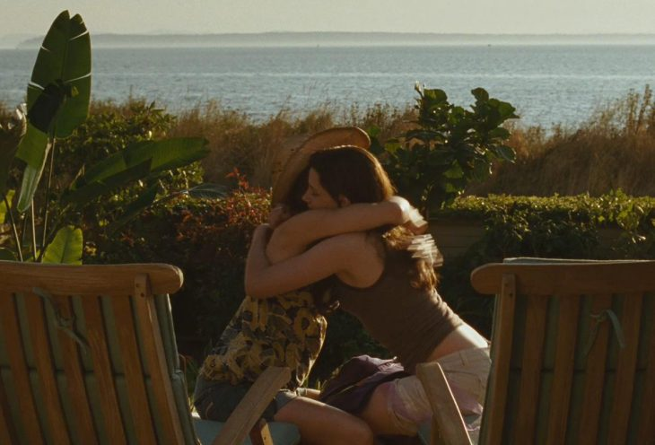 Escena de la película crepusculo chica abrazando a su madre