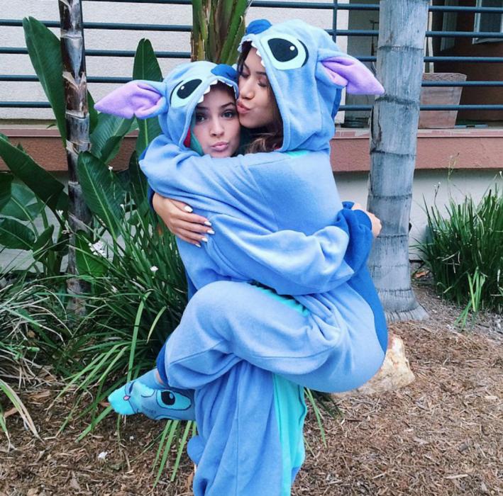 Chicas vestidas con pijamas de unicornios color azul