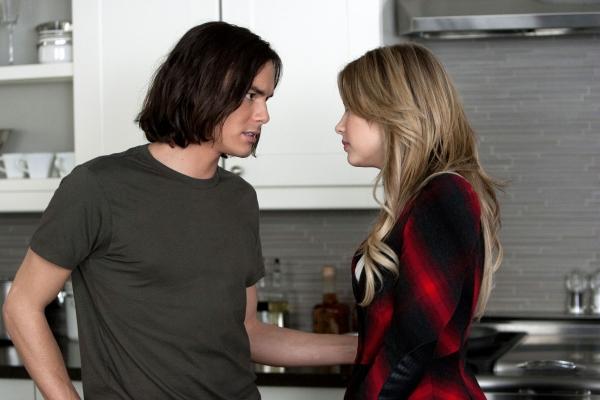 Escena de la serie pretty little liars. Hanna peleando con Caleb