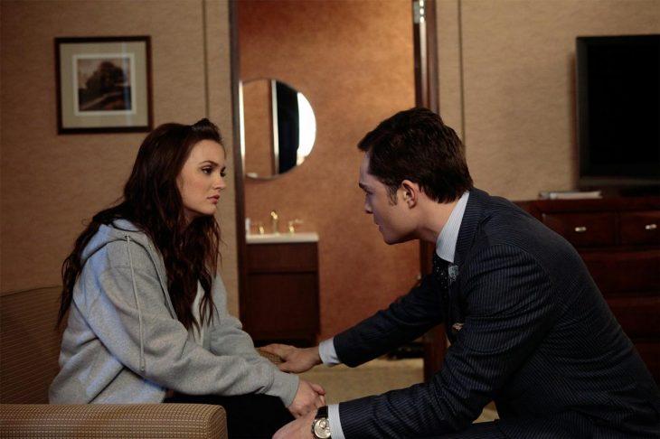 Escea de la serie gossip girls. Blair pelenado con Chuck