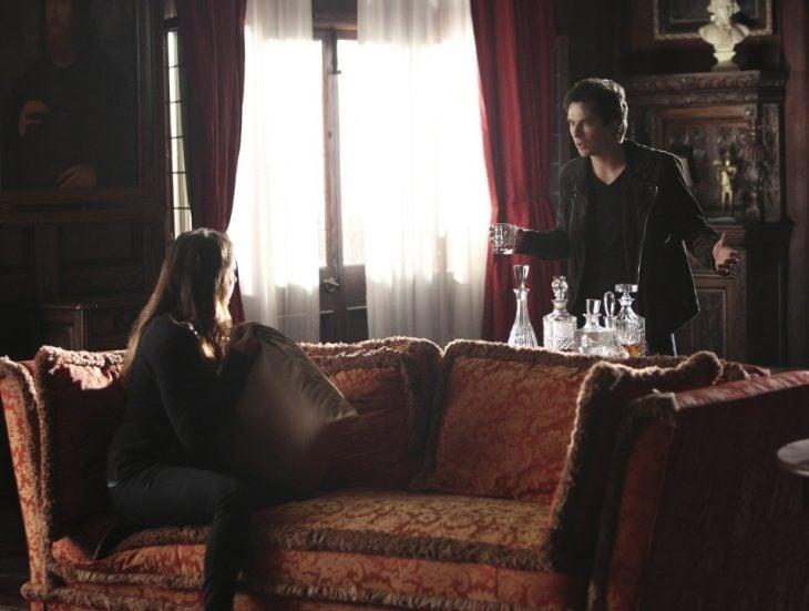 Escena de la serie The Vampire Diaries Elena y Damon peleando