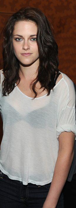 Kristen stewart usando una camisa de color blanco y un sostén negro