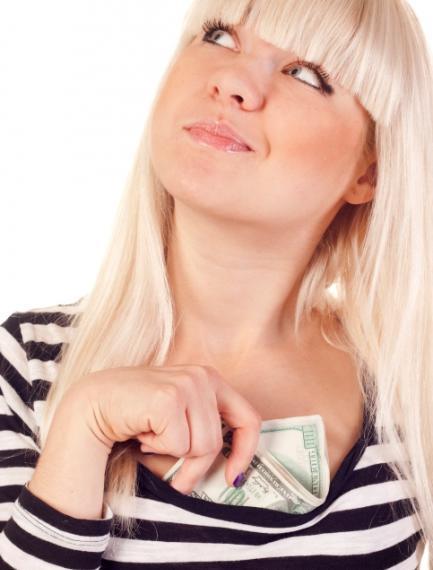 Mujer guardando dinero en su sostén