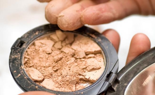 Maquillaje compacto quebrado