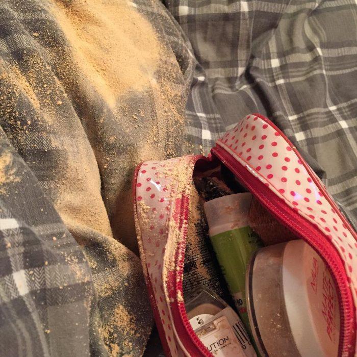 sombra de maquillaje explotada sobre la bolsa de maquillaje