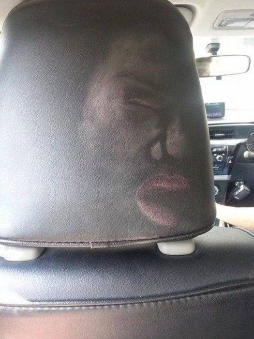respaldo de un asiento de carro lleno de maquillaje