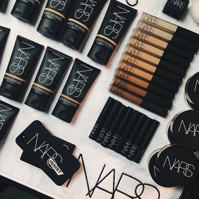 Maquillaje Nars sobre una cama