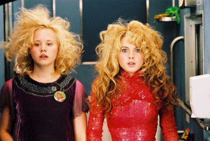 Escena de la película confecciones de una típica adolescente. Chicas despeinadas