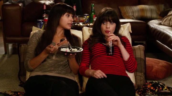 Escena de la serie New Girl chicas recostadas comiendo