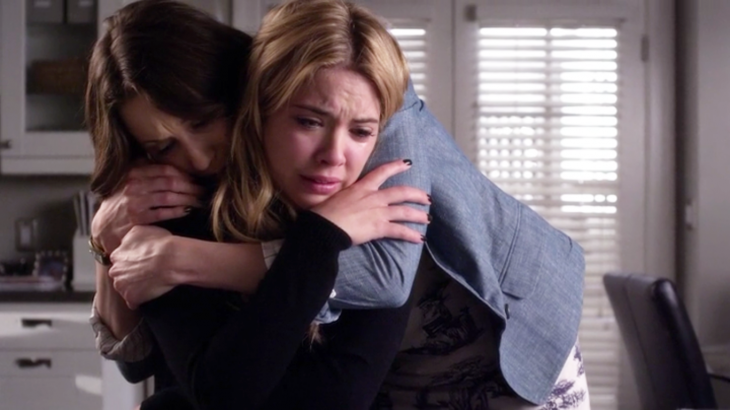 Escena de Pretty Little Liars Spencer abrazando a Hanna
