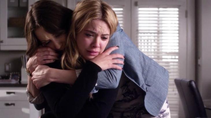 Escena de Pretty Little Liars Spencer abrazando a Hanna