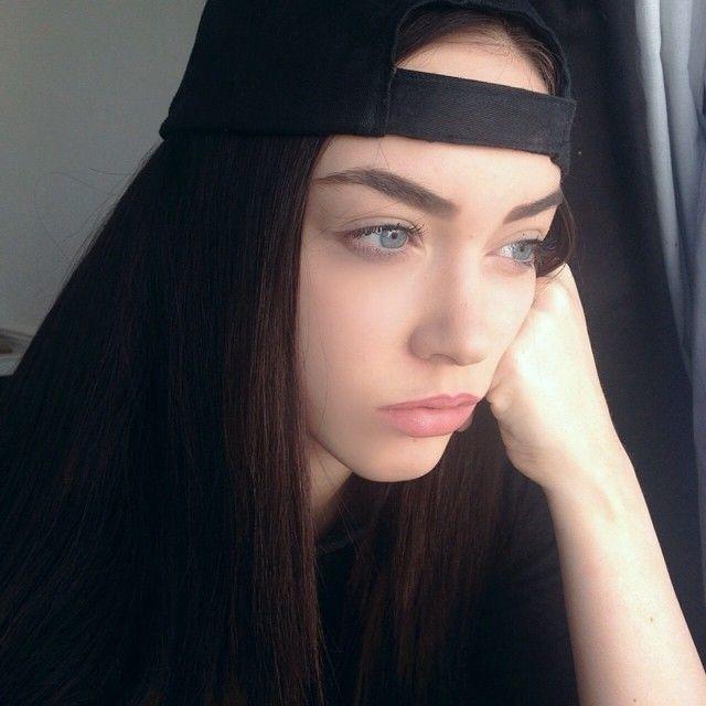 Chica triste viendo hacia la ventana