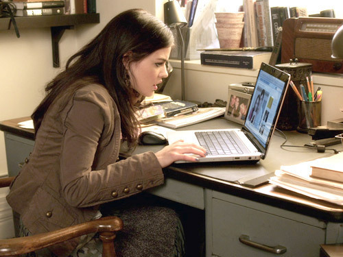 Escena de Pretty little liars. Aria revisando su computadora